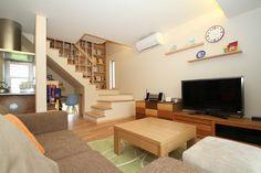 リビング階段の壁一面に造り付けの本棚を。#住宅 #家づくり #ldk #壁一面に本棚 #リビング階段 #造り付け本棚 #新築 #設計事務所 #菅野企画設計