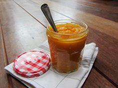 Deze jam maak ik al jaren. Hij is zo makkelijk en zo lekker! 300 gram gedroogde abrikozen 300 ml water 1 el citroensap Doe alles in een steelpannetje. Breng het water aan de kook en laat dit 5 minuten koken. Doe de abrikozen met het citroenwater in een hoge mengbeker en pureer alles met de …