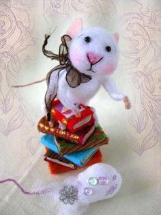 Nostalgie Fantasy Maus mit Bücher, gefilzt, Filzmaus, Landhaus/Shabby-Tilda Art