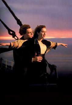 Cena icônica do filme Titanic, obra dirigida por James Cameron.