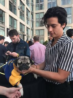Cole Sprouse and a pug. My day could not get better Cole M Sprouse, Dylan Sprouse, Sprouse Bros, Cole Sprouse Jughead, Archie Comics, Dylan Y Cole, Cole Sprouse Wallpaper, Lili Reinhart And Cole Sprouse, Zack Y Cody