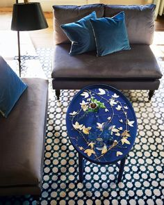With a nod to chinoiserie furniture, passionflower vines, pressed and sprayed gold, top a Shaker tray table painted a high-gloss royal blue. Cheap Diy Home Decor, Affordable Home Decor, Painted Furniture, Home Furniture, Furniture Refinishing, Furniture Makeover, Furniture Ideas, Home Interior Design, A Table