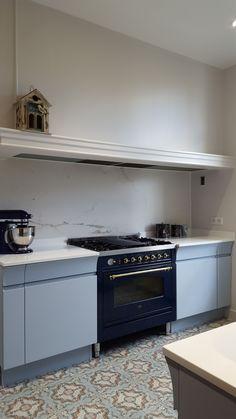 Et si on osait le motif marbre en cuisine ? Cette cuisine Alice coloris Souvenir d'hiver réalisée par le magasin Arthur Bonnet d'Ermont est sublimée par un plan de travail en quartz Blanc absolu et une crédence en Coverlam effet marbre.