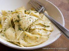 Kleiner Kuriositätenladen: Ravioli mit Kartoffel-Käsefüllung und gebräunter Thymian-Zitronen-Butter