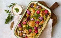 Bagte sommergrønsager med kylling og skyr En smuk ret, hvor det hele ryger i ovnen og næsten passer sig selv.