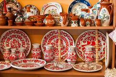 ceramica traditionala romaneasca - Căutare Google Inspirational Gifts, Romania, Decorative Plates, Arts And Crafts, Diy Projects, Pottery, Traditional, Decorating Ideas, Google Search