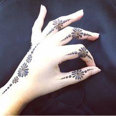 Henna design Finger Henna Designs, Stylish Mehndi Designs, Mehndi Design Pictures, Bridal Henna Designs, Mehndi Designs For Fingers, Dulhan Mehndi Designs, Beautiful Mehndi Design, Latest Mehndi Designs, Mehndi Designs For Hands