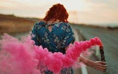 mujer con humo rosa pensando en dejarlo todo