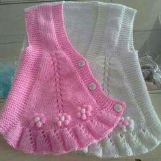 Süslü kızlarımız için güzel bir model. Volanlı fıstık süslemeli yelek yapımı. 1 yaş. Alıntıdır. Malzemeler : Beyaz bebe yünü Pembe bebe yünü 3 numara şiş Dü