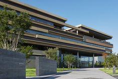 2015年10月号160頁──サントリーワールドリサーチセンター──竹中工務店 | | 新建築データベースβ Modern Architecture House, Concept Architecture, Facade Architecture, Archi Design, Facade Design, Green Facade, Architectural House Plans, Hospital Design, Condominium