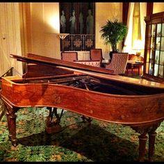 Mathew Ingram at Waldorf Astoria spots Cole Porter's piano.