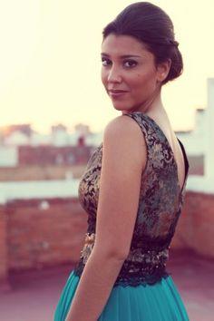 Vestido de fiesta con top y fajin en tonos oro y falda en color turquesa ideal para una boda o fiesta especial