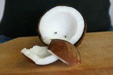 Küchentipp: Kokosnuss öffnen | Das ist selbst für den größten Kochprofi eine Herausforderung. Mit den richtigen Werkzeugen und etwas Geschick, kann aber auch die härteste Nuss geknackt werden. Wir erklären Ihnen Schritt für Schritt, wie Sie der harten Schale der Kokosnuss auf den Leib rücken. http://www.daskochrezept.de/kochschule/kuechentipp-kokosnuss-oeffnen_261593.html