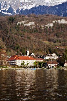 L'Abbaye et du clocher de Talloires sur les bords du lac d'Annecy (France) - phot. Patrick Morand.