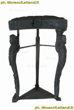 Ercolano, mobilio in legno carbonizzato, tavolino a 3 gambe