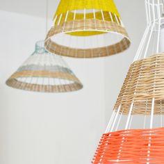 El dúo de diseñadores franceses; Isabelle Gilles y Yann Poncelet es la fuerza impulsora detrás del estudio de diseño Colonel. STRAW, la colección de lámparas colgantes, es una mezcla sorprendente de metal lacado y caña en colores vivos. Una colección que combina calidez y alegría inspirada en las tardes de verano