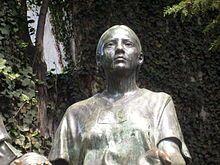 """La Malinche tuvo varios nombres. Su nombre desde su nacimiento era Malinalli, como la diosa de la hierba, hasta su bautismo. Entonces su nombre era Doña Marina. Ella era una esclava que las aztecas dieron a los españoles.  Se convirtió a la amante, traductora y guía de Hernán Cortez. Con su ayuda, conquistó el imperio. La manera que Mexicanos se ven ahora cambia con la política y el tiempo. El modismo """"malinchista"""" significa un mexicano que sea desleal a su país."""