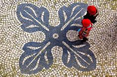 Portuguese Stone Sidewalk – Cobblestone: considered one of the eight most beautiful attractions of the world cities by Financial Times www.portulogia.com #portugal #calçada #sidewalk