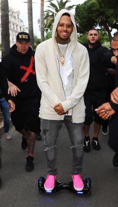 Chris Brown sobre patinete eléctrico http://stylelovely.com/primeriti/2016/04/27/patinete-electrico-usan-los-famosos/
