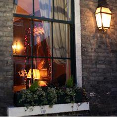 Inviting hotel window, York | Allan Rostron | Flickr #zz #zwyanezade