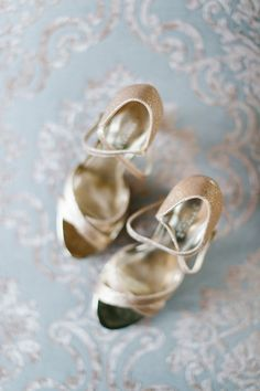 Gold wedding shoes | Go for a natural look | Photography: Yolandé Marx