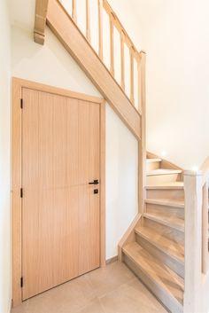 Binnenschrijnwerk: trap en deur in Energiezuinige houtskeletwoning | Energiezuinig bouwen met Arkana