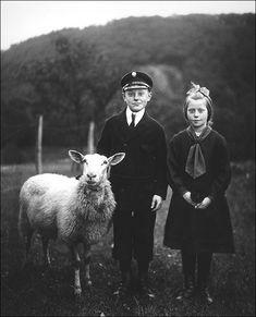 Podemos observar a forma como, em certas classes sociais, as crianças se vestiam para sair. Como adultos, elas encontram-se no meio agrícola juntamente com uma ovelha.