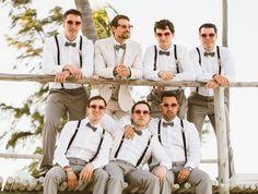 une séance photo originale sur la plage aves les garçons d'honneur