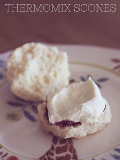 Looking for the perfect afternoon snack treat? These scones can be easily made in the Thermomix, are super delicious and fluffy! Thermomix Scones, Thermomix Bread, Thermomix Desserts, Bellini Recipe, Biscuits, Macaron, Yummy Treats, Sweet Treats, Sweet Recipes