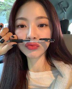DIAMONDS FanCafe: She dyed her hair! oh my god look at that dark red !, it looks gorgeous 🙌😍 Fresh Makeup Look, Natural Makeup Looks, Bora Lim, Beauty Treats, Ulzzang Korean Girl, Asian Makeup, Korean Makeup, Uzzlang Girl, Pretty Asian