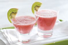 Frozen strawberries and CRYSTAL LIGHT Ready-to-Drink Strawberry Kiwi give this blended vodka-ginger ale cocktail its fruity flavor. Drinks Alcohol Recipes, Non Alcoholic Drinks, Fun Drinks, Yummy Drinks, Refreshing Drinks, Strawberry Kiwi, Frozen Strawberries, Strawberry Recipes, Kraft Recipes
