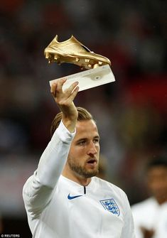 England captain Harry Kane was handed the Golden Boot award at Wembley on Saturday England National Football Team, England Football, National Football Teams, Best Football Players, Baseball Players, Football Boots, Football Soccer, Harry Kane England, England Players