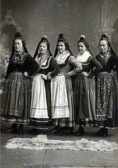 Hebammenschülerinnen bei ihrer Ausbildung in Marburg, um 1930 #Marburg #evangelisch