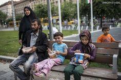 """Afsar,sua moglie e le sue figlie sono fuggiti dall'Afghanistan e hanno intrapreso un pericoloso viaggio durato tre mesi e costato i risparmi di una vita.InUngheria non hanno trovato una situazione facile,e dopo giorni che mangiavano solo pane e acqua hanno finalmente ricevuto un pasto caldo da """"Food Not Bombs"""",un gruppo di giovani volontari che cucinano e distribuiscono cibo ai rifugiati."""