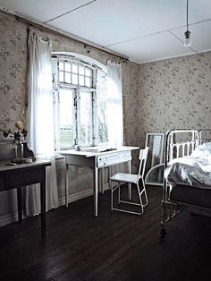 Love the wallpaper. Vintage House