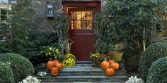 19 Spooky Halloween Decoration Ideas That Are So Chic It's Scary - Dekoration Ideen Halloween Window Decorations, Halloween Party Decor, Halloween House, Halloween 2018, Halloween Crafts, Halloween Ideas, Outdoor Decorations, Holiday Decorations, Halloween Entryway