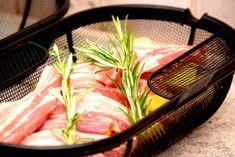 Lav den lækreste omgang stegt flæsk og kartofler i rotisserie på grill. Flæskeskiverne bliver sprøde og giver kartoflerne god smag.  Stegt flæsk og kartofler i rotisserie på grill er en fantstisk god metode til stegning af Soul Food, Potato, Bbq, Pork, Drink, Inspiration, Recipes, Potato Chips, Barbecue