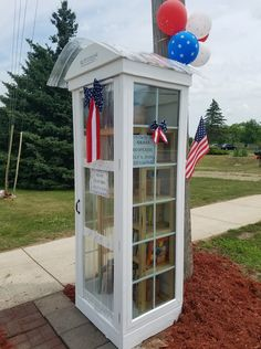 Love all the windows on this #LittleFreeLibrary charter 41919 in Dorr, Michigan! Little Free Libraries, Free Library, Library Books, Michigan, The Neighbourhood, Windows, Future, Creative, Outdoor Decor