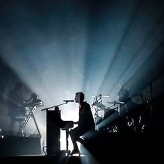 Someone hit the light 'cause there's more here to be seen #editors #editorsofficial #editorsinsiration #tomsmitheditors #tomsmith #domenicomirigliano #mobilephotography #musicphotography #music #livemusic #milano #italia #igers #igersitalia #igersmilano #institalia