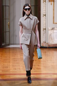 The complete Victoria Beckham Fall 2018 Ready-to-Wear fashion show now on Vogue Runway. Fashion 2018, Fashion Week, New Fashion, Korean Fashion, Winter Fashion, Fashion Trends, Cheap Fashion, Runway Fashion, Moda Victoria Beckham