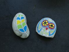 Feather and owl. Stone Painting, Rock Painting, Painted Stones, Stone Art, Rock Art, Feather, Owl, Gardening, Paper Envelopes