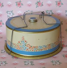 Vintage cake carrier with a pretty blue border and Florentine-like scrollwork design. Vintage Bread Boxes, Vintage Cake Plates, Vintage Cakes, Vintage Tins, Vintage Dishes, Vintage Glassware, Cake Boxes, Cake Tins, Pie Carrier