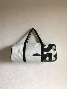 bd765e81b4 Sac de sport en bâche publicitaire recyclée, de fabrication artisanale. Sac  de sport en