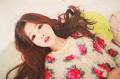 Kim Shin Yeong Gyaru Fashion, Ulzzang Fashion, Ulzzang Girl, Ulzzang Style, Cute Asian Fashion, Korean Fashion, Kawaii Hairstyles, Floral Sweater, Vintage Hipster