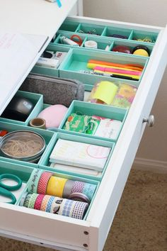 A organizar! en 2019 dorm room organization, office organization tips y d Organisation Hacks, Desk Drawer Organisation, Junk Drawer Organizing, Dorm Room Organization, Craft Room Storage, Storage Ideas, Organizing Ideas, Drawer Storage, Diy Drawer Dividers