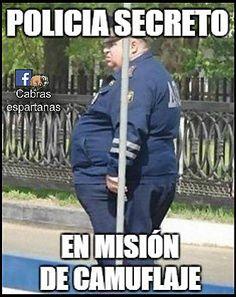 Policía secreto en misión de camuflaje, se esconde detrás de una señal. Pero no se da cuenta de que está demasiado gordo como para pasar desapercibido.