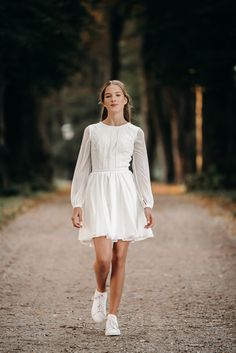 Iris kjolen er super smart med de løse ærmer og overdelen, som har et fint blondestykke. Kjolen er let og skøn at have på. Iris, White Dress, Dresses With Sleeves, Long Sleeve, Fashion, Moda, Sleeve Dresses, Long Dress Patterns, Fashion Styles