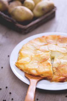 Le #Pommes Anna sono un piatto tipico della #cucina francese, si presentano come una #torta di patate gratinata in forno con burro fuso, sale e pepe! #Giallozafferano #recipe #ricetta #francia