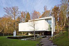 Ésta es una elegante casa minimalista de 800 m2 proyectada por el Atelier d'Architecture Bruno Erpicum & Partners y localizada en Bélgica. La vivienda ha sido diseñada sobre la base de dos anillos: uno vertical que asegura la conexión entre …
