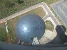 Aspecto Ambiental  - Imagem de uma das cúpulas da torre de TV, que se encontra desativada por falhas no conforto climático e de acessibilidade.